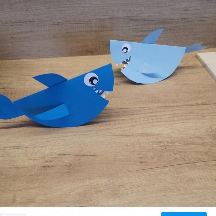 Акула из цветной бумаги, которая умеет стоять сама по себе
